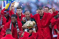22-04-2018 NED: Bekerfinale AZ Alkmaar - Feyenoord, Rotterdam<br /> Feyenoord wint met 3-0 de bekerfinale van AZ / Feyenoord krijgt de beker uit handen van John de Wolf, Karim El Ahmadi #8 of Feyenoord, Sven van Beek #3 of Feyenoord, Tonny Vilhena #10 of Feyenoord