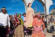 Un grupo de mujeres durante una procesión por las calles cargando a la Virgen de los Dolores ataviada con un traje tradicional rarámuri en Norogachi, México, el 9 de abril de 2009.