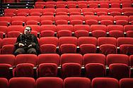 """Il teatro della Tosse di Genova, dove i detenuti attori della compania della Fortezza hanno rammpresentato 'Hamlice """" tratto da 'Alice nel Paese delle meraviglie' , regia Armando Punzo. Un attore si concentra prima dell'arrivo del pubblico"""