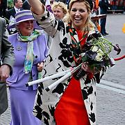 NLD/Middelburg/20100430 -  Koninginnedag 2010, Maxima heeft een paar hockeysticks gekregen voor haar dochters