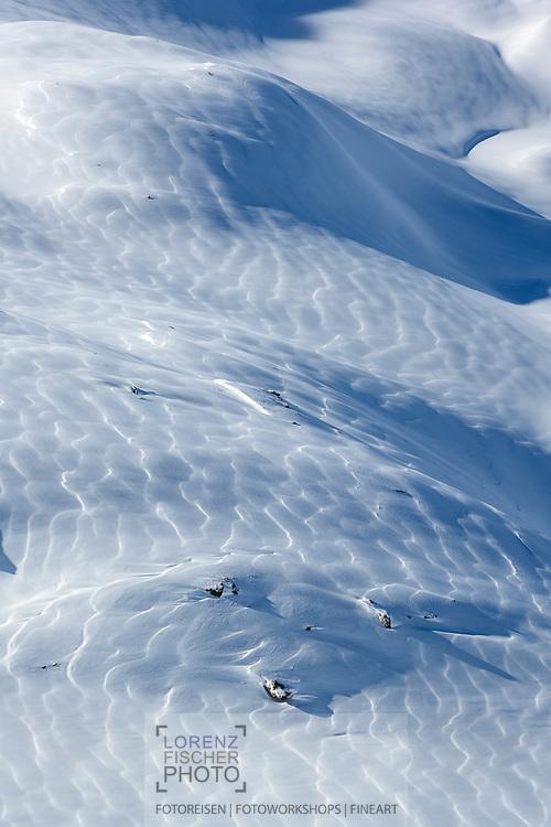 Schuppenartige Schneeverwehungen am Sur Carungas, Savognin, Graubünden, Schweiz / <br /> <br /> Scale-like snowdrifts on Sur Carungas, Savognin, Graubünden, Switzerland