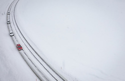 THEMENBILD - Fahrzeuge fahren auf Schneefahrbahn der Glemmerstrasse, aufgenommen am 09. Jaenner 2019 in Saalbach, Oesterreich //  cars drives on the Glemmerstrasse covered with snow, Saalbach, Austria on 2019/01/09. EXPA Pictures © 2019, PhotoCredit: EXPA/ JFK