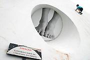 Sao Paulo_SP, Brasil...Crianca escalando a Oca ( Pavilhao Lucas Nogueira Garcez ), Parque do Ibirapuera...A child climbing on Oca ( Pavilhao Lucas Nogueira Garcez ), Parque do Ibirapuera...Foto: LEO DRUMOND / NITRO