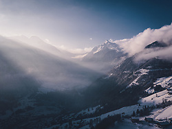 THEMEENBILD - das Kitzsteinhorn im Sonnenlicht mit Wolken, aufgenommen am 03. Dezemeber 2020 in Kaprun, Österreich // the Kitzsteinhorn in sunlight with clouds, Kaprun, Austria on 2020/12/03. EXPA Pictures © 2020, PhotoCredit: EXPA/ JFK