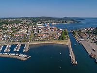 Luftfoto fra Moss med fokus på Sjøbadet, flankert av Fiske båthavn og Kanalen.