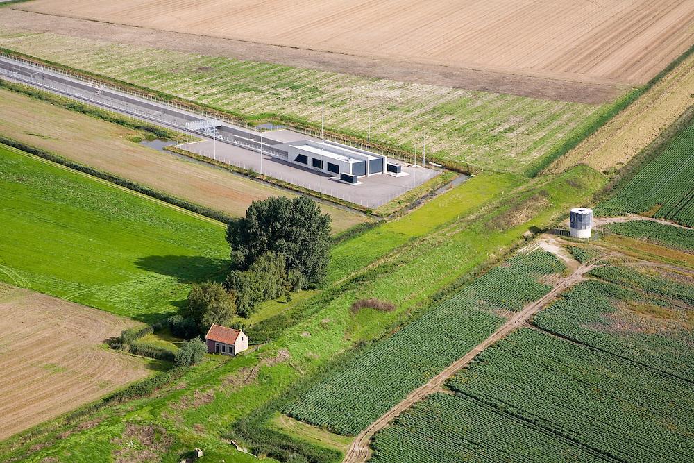 Nederland, Zuid-Holland, Hoeksche Waard , 08-09-2006; , 08-09-2006;  tunnelgebouw en toerit naar de tunnel onder de Dordtsche Kil, diagonaal de Wachtdijk; deze dijk is een secondaire waterkering voor de nabijgelegen Dordtsche Kil, het bedieningsgebouw links van de dijk bevat dan ook voorzieningen om de tunnel geheel af te sluiten in geval van gevaar voor overstroming; het ronde gebouwtje rechts van de dijk is een ventilatieschacht; transport, infrastructuur, verkeer en vervoer, mobiliteit, hogesnelheidslijn, spoor, rail, HSL, TGV, planologie, ruimtelijke ordening, landschap; ;zie ook andere foto's van deze lokatie (lucht en panorama); deel van de serie Panorama Nederland; luchtfoto (toeslag); aerial photo (additional fee required); .foto Siebe Swart / photo Siebe Swart