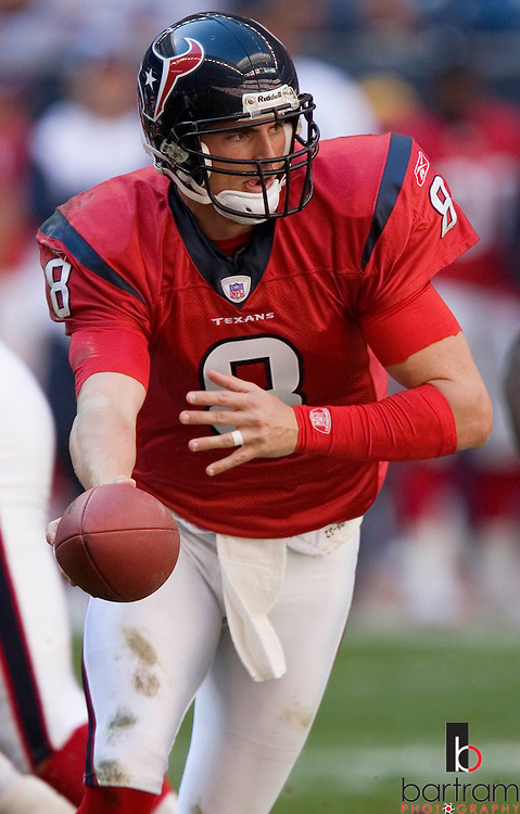 KEVIN BARTRAM/The Daily News.Houston Texans quarterback David Carr hands off the ball during the first half against Jacksonville on Saturday, Dec. 24, 2005 at Reliant Stadium in Houston. Jacksonville won the game 38-20..