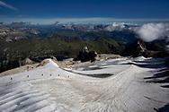 """Il ghiacciaio della Marmolada visto dalla """"Terrazza della Marmolada"""" a 3700 metri. Nella foto un gruppo di alpini in cordata. Si possono inoltre vedere i teloni che ricoprono parte del ghiacciaio. Trentino, Agosto 2020."""