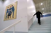 Nederland, Nijmegen, 24-11-2018Gemeentelijk museum voor oudheid en moderne kunst het Valkhof. Een oudere bezoeker loopt de buitenproportionele trap op en passeert een schilderij naar een foto van the beatles uit de jaren zestig . In de volksmond Het Zwembad genoemd. Permanente expositie van de collectie Romeinse items uit opgravingen in de omgeving, regio, zoals helmen, gezichtsmaskers, aardewerk, glaswerk en een triomfzuil . Het museum probeert te overleven vanwege het sterk teruglopend bezoekersaantal. FOTO: FLIP FRANSSEN