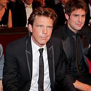 NLD/Amsterdam/20111019 - Televiziergala 2011, verslagen The Voice jury, Roel van Velzen, John de Mol boos kijkend, Nick Schilder