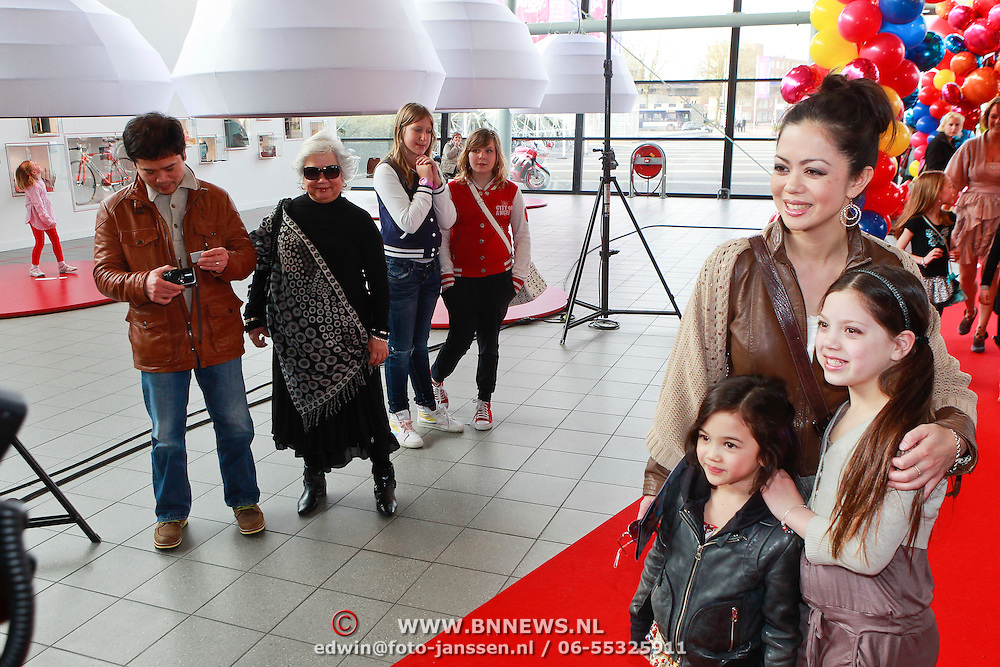 NLD/Rotterdam/20110401 - Premiere Disney on Ice 2011, Cystine Carreon met dochter Kyana en partner