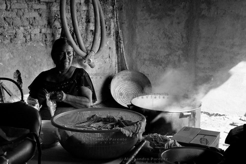 ENG:<br /> House owner cook Pozole, a dish a base of chicken, for the guests.<br /> ITA:<br /> La padrona di casa cucina Pozole, piatto a base di pollo, per l'arrivo degli invitati all'incontro.