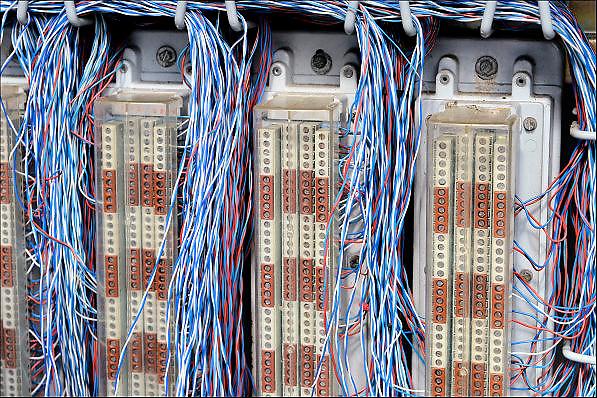 Nederland, Ubbergen, 4-9-2015Glasvezelnetwerk in opdracht van KPN. In het dorp wordt glasvezel aangelegd.  Een wijkcentrale wordt aangesloten op het glasvezelnet. Op de foto de kast van de wijkcentrale  de bestaande telefoonaansluitingen.Modern supersnel netwerk waarop aanbieders van internet, digitale tv en telefonie hun diensten kwijt kunnen. Foto: Flip Franssen/Hollandse Hoogte