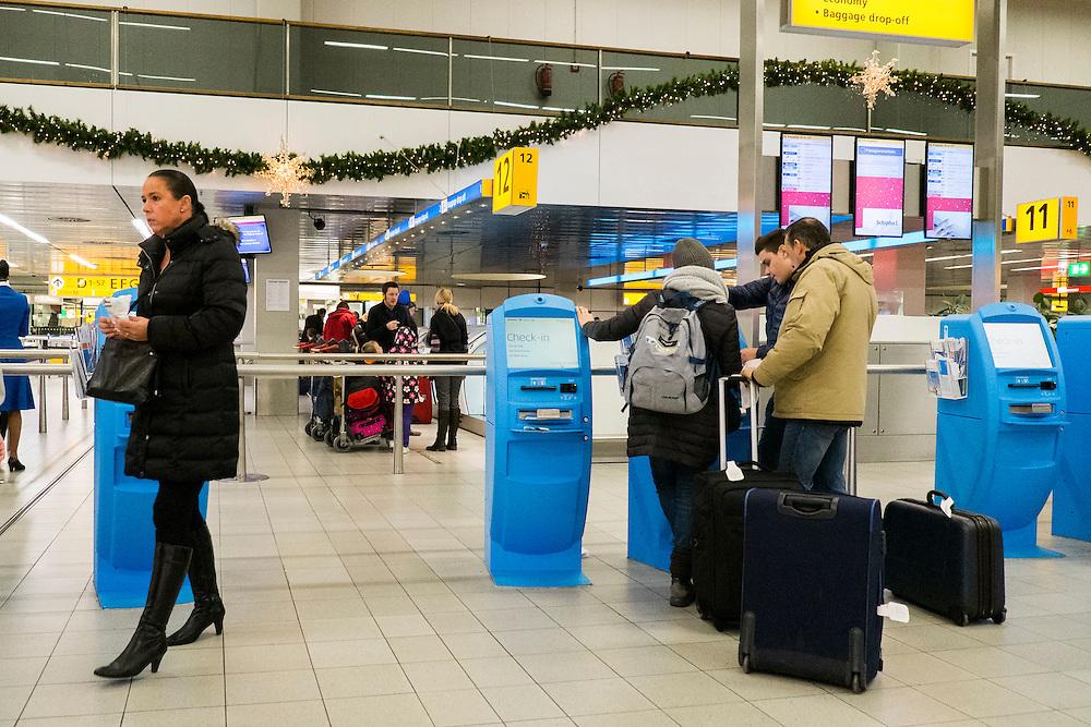 Nederland, Schiphol, 2 jan 2014<br /> Vertrekhal europese vluchten.<br /> Foto: Michiel Wijnbergh