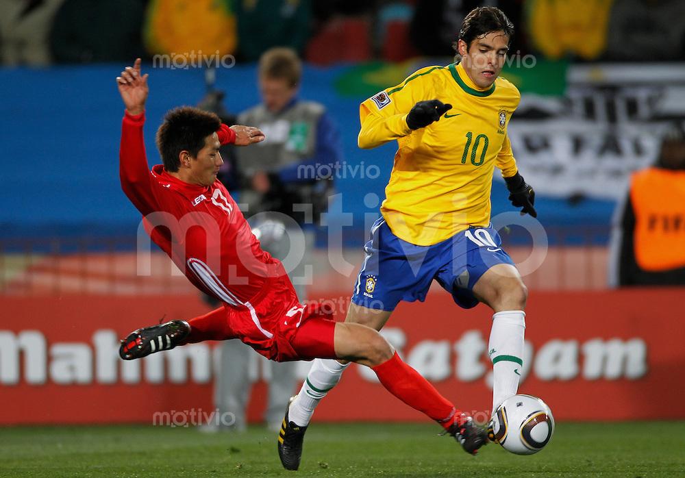 FUSSBALL WM 2010   VORRUNDE    Gruppe G    15.06.2010 Brasilien - Nord Korea KAKA (re, Brasilien) gegen  AN Yong Hak (Korea DVR)