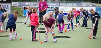 AMSTELVEEN - Pinoke erelid MAX KOOPS geeft de jeugd hockeytraining op het veld van Pinoke. FOTO KOEN SUYK