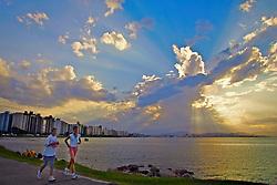 A avenida Beiramar Norte, zona nobre da ilha de Florianópolis conduz as praias  da área norte. A capital de Santa Catarina, anteriormente conhecida como Nossa Senhora do Desterro possui clima ameno, uma area de 436,5 Km2 e 360 mil habitantes. FOTO: Jefferson Bernardes/Preview.com