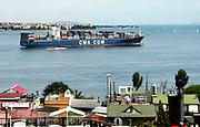 Turkije, Istanbul, 4-6-2015Stadsbeelden van Istanboel. Containerschip vaart door de Bosporus. Toeristen kijken vanaf het dak van een hotel naar de zee .Foto: Flip Franssen