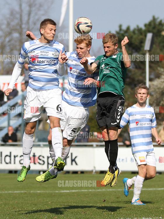 Jannik Zimling og Bjarke Jacobsen (FC Helsingør) i luften med Andreas Marcher (Svebølle).