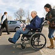 Foto: David Rozing  Etten Leur Ouderen, oude man in rolstoel, jonge vrouw duuwt man in rolstoel, afhankelijk zijn, zorg, mantelzorg, mantelverzorger , steun, steunen, steunen op, sstraatbeeld, te been blijven, tezamen, together, transporteren, transportmiddel, transportmiddelen, uitrusten, uitzicht, van a naar b gaan, vergankelijk, vergankelijke, vergankelijkheid, vergrijzen, vergrijzende samenleving, vergrijzing, vervoermiddel, vervoersmiddel, vijftig plusser, vitaal, vitale, vitaliteit, voetganger, voetganger  voetgangers, voorjaar, vrijwilliger, vrijwilligerswerk, vrouw, vrouwen, wagentje, wandelstok, wankel, wankele tred, zelfstandig leven, zelfstandig zijn blijven, zelfstandigheid, zestig plus, zestig plusser, zestig plussers, zeventig plus, ziektekosten, zorgaanbieder, zorgaanbieders, zorgen voor, zorgkosten, zorgstelsel, zorgverzekeraars, zorgverzekering Foto: David Rozing