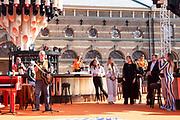 DEN HAAG, 27-04-2021, Paleis Noordeinde<br /> <br /> Vanaf het terrein van Paleis Noordeinde sluiten The Streamers Koningsdag feestelijk af. Op het binnenplein van het Koninklijk Staldepartement geven The Streamers het tweede concert van hun 'Holland Tour'. Foto: Brunopress/Patrick van Emst<br /> <br /> King Willem-Alexander, Queen Maxima with their daughters Princess Amalia, Princess Alexia and Princess Ariane during King's Day 2021<br /> <br /> Op de foto: Koning Willem-Alexander, Koningin Maxima met hun dochters Prinses Amalia, Prinses Alexia en Prinses Ariane met Guus Meeuwis