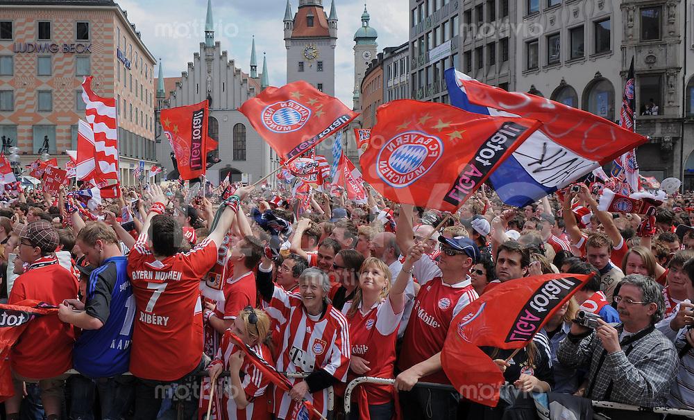 Fussball 1. Bundesliga :  Saison   2009/2010    09.05.2010 FC Bayern Fans feiern die Deutscher Meisterschaft  09/10 auf dem Muenchner Marienplatz.