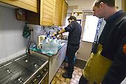 Nederland, Doesburg, 20-2-2017Een groot deel van de Liemers kampt sinds zaterdagavond met een waterstoring. Bij ongeveer 30.000 huishoudens in Zevenaar, Doesburg en Rijnwaarden komt geen of weinig water uit de kraan. De storing bij waterleidingbedrijf Vitens ontstond zaterdagavond rond 21.15 uur als gevolg van een breuk in de leiding. Hierdoor was er sprake van minder of geen waterdruk. In de winkels en supermarkten is het drinkwater uitverkocht, maar wordt in de loop van vandaag weer aangevuld. Bewoners kunnen bij de brandweer gratts jerrycans met 5 liter water ophalen. De vrijwillige brandweer van Doesburg brent water naar huisadressen waar mensen niet wegkunnen vanwege bijvoorbeeld mantelzorg. De storing is inmiddels verholpen maar het kraanwater is nog niet zuiver.Foto: Flip Franssen