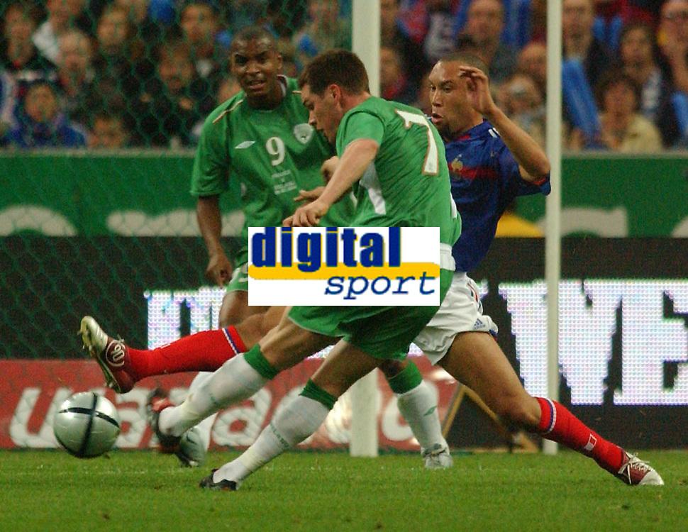 Fotball<br /> VM-kvalifisering<br /> 09.10.2004<br /> Foto: SBI/Digitalsport<br /> NORWAY ONLY<br /> <br /> Frankrike v Irland<br /> <br /> France's Sylvian Wiltord blocks a shot from Ireland's Steve Finnan