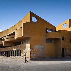 Os restos do Banco Totta Standard no centro do Tombua (Porto Alexandre). Província do Namibe, Angola