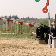 NLD/Hilversum/20060503 - HM de Koninging Beatrix opent de langste natuurbrug ter wereld : Natuurbrug Zanderij Crailo in Hilversum, P.J.M. Poelmann, Voorzitter Stichting Gooisch Natuurreservaat , openingshandeling
