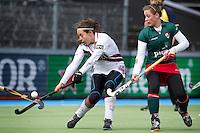 AMSTELVEEN - HOCKEY - Kiki Collot d'Escury van A'dam (l) met Lieke van Wijk van MOP tijdens de hoofdklasse hockeywedstrijd tussen de vrouwen van Amsterdam en MOP (2-0). FOTO KOEN SUYK