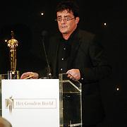 NLD/Bussum/20051212 - Uitreiking Gouden Beelden 2005, Johnny Kraaykamp Jr. reikt beeld uit voor beste comedy