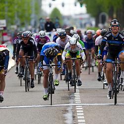Olympia Tour Noordwijkerhout-Hoofddorp Jeff Vermeulen (Metec) wint voor het tweede jar in Hoofddorp; Hij klopt na 181 km Wim Stroetinga (Koga) en Wouter Wippert (3M)