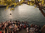 France. Paris. People gathering on Saint Louis island  quay / les gens se rassemblent a la pointe de l ile Saint Louis