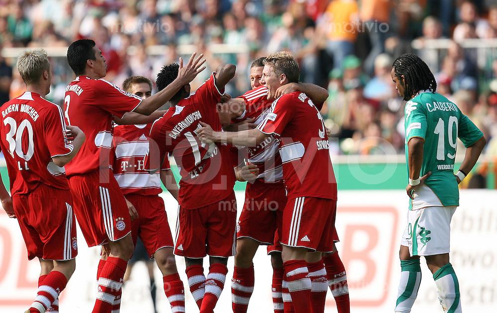 FUSSBALL  1. BUNDESLIGA  SAISON 2007/2008  2. SPIELTAG SV Werder Bremen - FC Bayern Muenchen      Bayern Jubel nach dem 0:4: Christian LELL, LUCIO, ZE ROBERTO, Andreas OTTL Martin DEMICHELIS und Bastian SCHWEINSTEIGER (v.l.) jubeln, der Bremer Carlos ALBERTO (re) wendet sich enttaeuscht ab.
