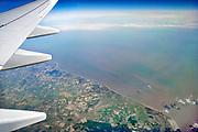 Ierland, Dublin, 21-3-2018Zicht vanuit een vliegtuig van Ryanair op de vleugel van een Boeing 737 en daaronder de kust van de Ierse republiek ter hoogte van Dublin.Foto: Flip Franssen