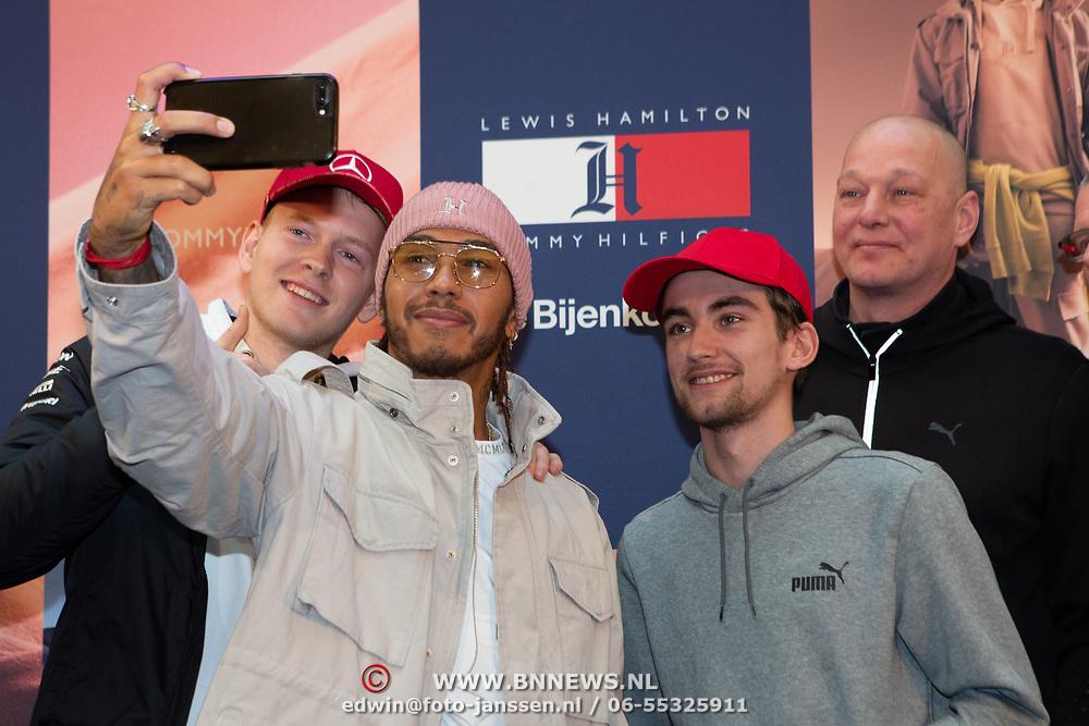 NLD/Amsterdam/20200229 - Lewis Hamilton lanceert de kledinglijn TommyXLewis, Lewis Hamilton maakr selfie met fan's