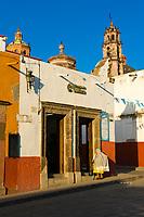 Street scene with Templo de San Francisco in background, San Miguel de Allende, Mexico