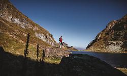 THEMENBILD - eine Frau genießt die Natur am Wildsee mit dem Wildseeloderhaus, aufgenommen am 20. Oktober 2018 in Fieberbrunn, Österreich // a woman enjoys nature at the Wildsee with the Wildseeloderhaus, Fieberbrunn, Austria on 2018/10/20. EXPA Pictures © 2018, PhotoCredit: EXPA/ JFK
