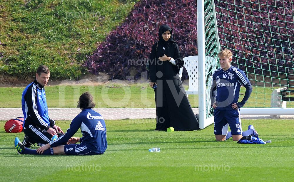 Fussball 1. Bundesliga:  Saison   2011/2012    Winter Trainingslager des FC Schalke 04 05.01.2012 Lewis Holtby (re)  beobachtet von einer verschleierten Frau (Mitte)