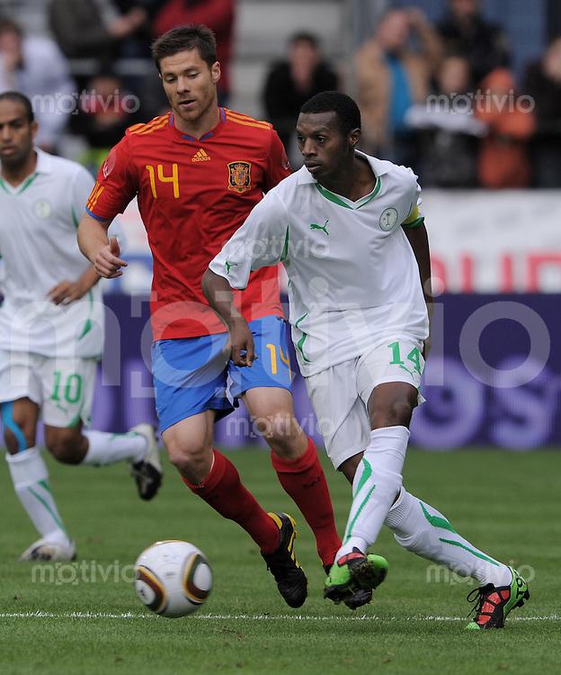 Fussball International:  Testspiel   29.05.2010 Spanien - Saudiarabien Saud Ali Khariri (vorn, KSA) gegen Xavi Alonso (ESP)