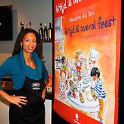 NLD/Amsterdam/20111123 - Boekpresentatie Maureen du Toit ' Altijd & overal feest', Maureen du Toit met poster van haar boek