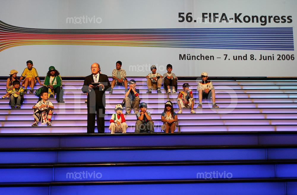 Fussball WM 2006: 56. FIFA - Kogress am 07.06.06. in Muenchen. FIFA - Praesident Joseph S. Blatter mit Kindern auf der Buehne.