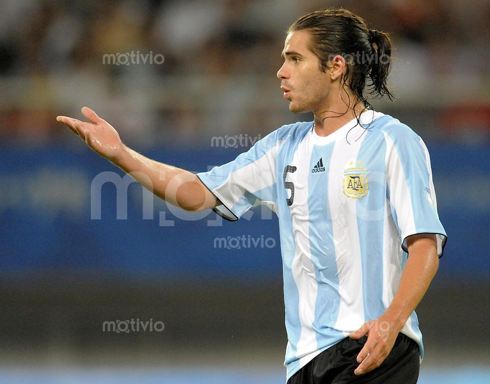 Olympia 2008  Peking  Fussball  Maenner   07.08.2008 Elfenbeinkueste - Argentinien Fernando Gago (ARG) gestikuliert.