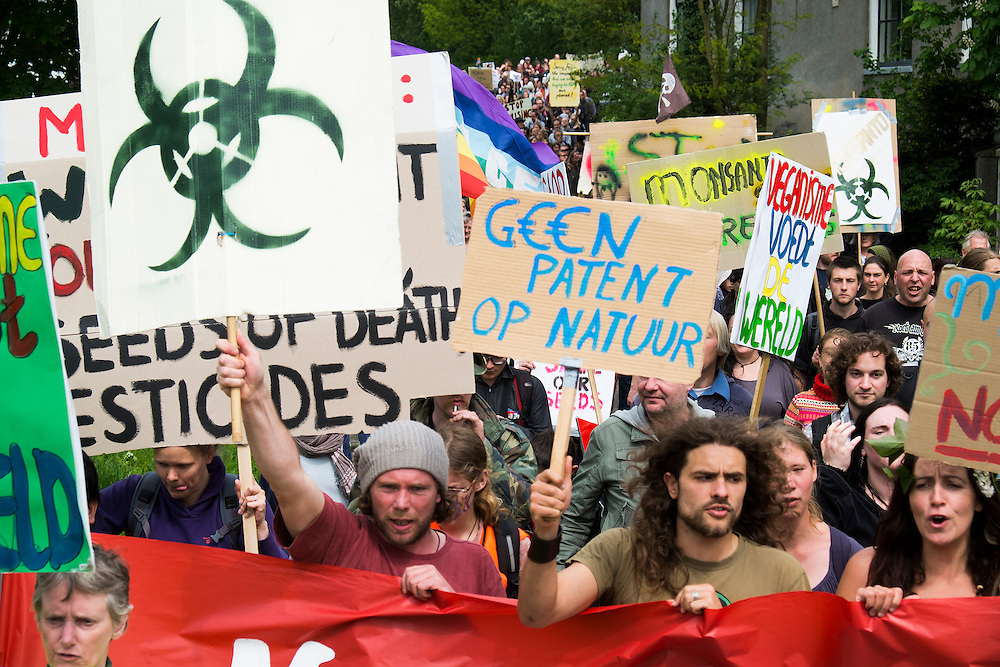 Nederland, Wageningen, 24 mei 2013<br /> Wereldwijd is vandaag in enkele honderden plaatsen een Mars tegen Monsanto gehouden. Monsanto is 's werelds grootste zadenproducent. In Nederland was de grootste actie in Wageningen. Monsanto is de producent van het bekende insecticide Roundup en de grootste producent van genetisch gemodificeerde zaden voor o.a. soja en mais.<br /> Foto(c): Michiel Wijnbergh