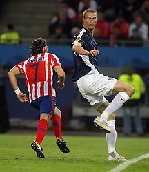 12.05.2010, Hamburg Arena, Hamburg, GER, UEFA Europa League Finale, Atletico Madrid vs Fulham FC, im Bild Atletic Madrid's Diego Forlan makes  1-0 and celebraTES WITH TEAM MATES while Fulham's Brede Hangeland queries the referee, EXPA Pictures © 2010, PhotoCredit: EXPA/ IPS/ Marcello Pozzetti / SPORTIDA PHOTO AGENCY