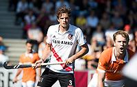 AMSTELVEEN  - Hockey -  1e wedstrijd halve finale Play Offs dames.  Amsterdam-Bloemendaal (5-5), Bl'daal wint na shoot outs.  Boris Burkhardt (A'dam) met rechts Mats de Groot (Bldaal)   COPYRIGHT KOEN SUYK