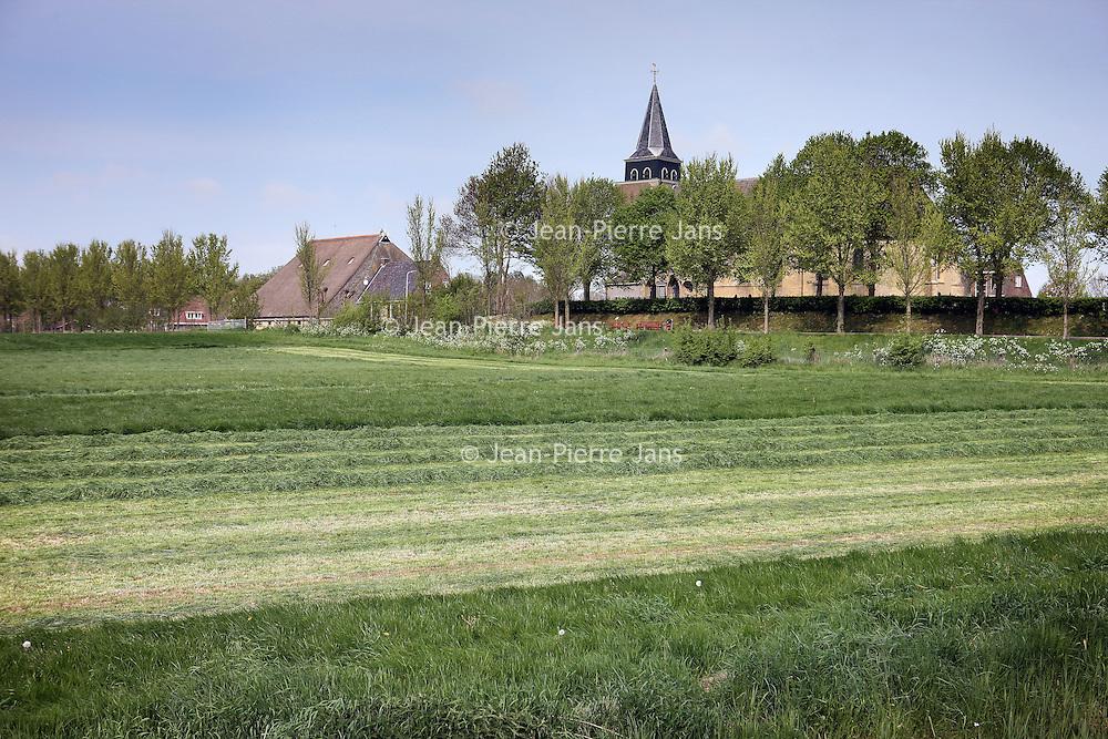 Nederland, Achlum , 27 april 2011..Het veld waar het feest met voormalige president van de US Bill Clinton zal plaatsavinden.Achlum is een dorp, dat vanaf 1 januari 1984 bij de gemeente Franekeradeel behoort, in de provincie Friesland (Nederland). Het is een terpdorp aan de Slachtedyk met ongeveer 635 inwoners (2009)..Achlum ligt ten zuidoosten van Harlingen en ten zuidwesten van Franeker..Om te vieren dat Achmea tweehonderd jaar geleden door Ulbe Piers Draisma in Achlum werd opgericht, organiseert de verzekeraar op 28 mei 2011 de Conventie van Achlum. Allerlei sprekers hebben toegezegd naar Achlum te komen, waaronder Bill Clinton, oud-president van de Verenigde Staten. Alle bewoners van het dorp worden bij de festiviteiten betrokken..Foto:Jean-Pierre Jans