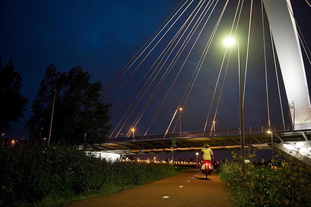 Nederland, Utrecht, 30 mei 2010.Fietspad met ledverlichting.  Led-verlichting is duurzaam want heel energie-zuinig.  Het geeft goed licht, goed voor de veiligheid bijvoorbeeld op fietspaden in weinig bewoonde stukken van de stad...Foto (c)  Michiel Wijnbergh