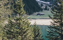 THEMENBILD - das Ufer am Hintersee ist während der Corona-Krise menschenleer. Keine Touristen sind unterwegs, aufgenommen am 25. April 2020 in Mittersill, Oesterreich // the shore at Hintersee is deserted during the Corona crisis. No tourists are on the way, in Mittersill, Austria on 2020/04/25. EXPA Pictures © 2020, PhotoCredit: EXPA/Stefanie Oberhauser